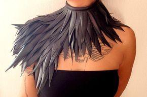 Collar, hecho a mano, con largas plumas de tubo interior reciclado.