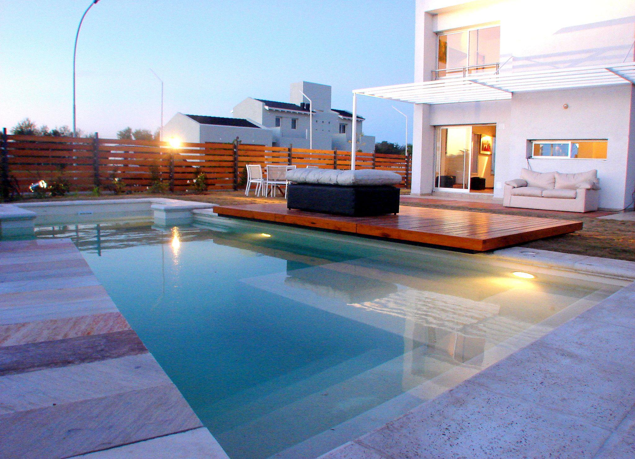 piscina - muro revestido en piedra - deck de madera - piscina