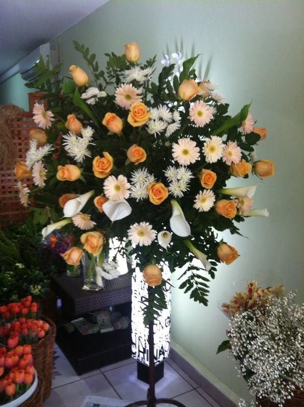 Pedestal En Tonos Damasco Con 15 Gerberas 25 Rosas 15