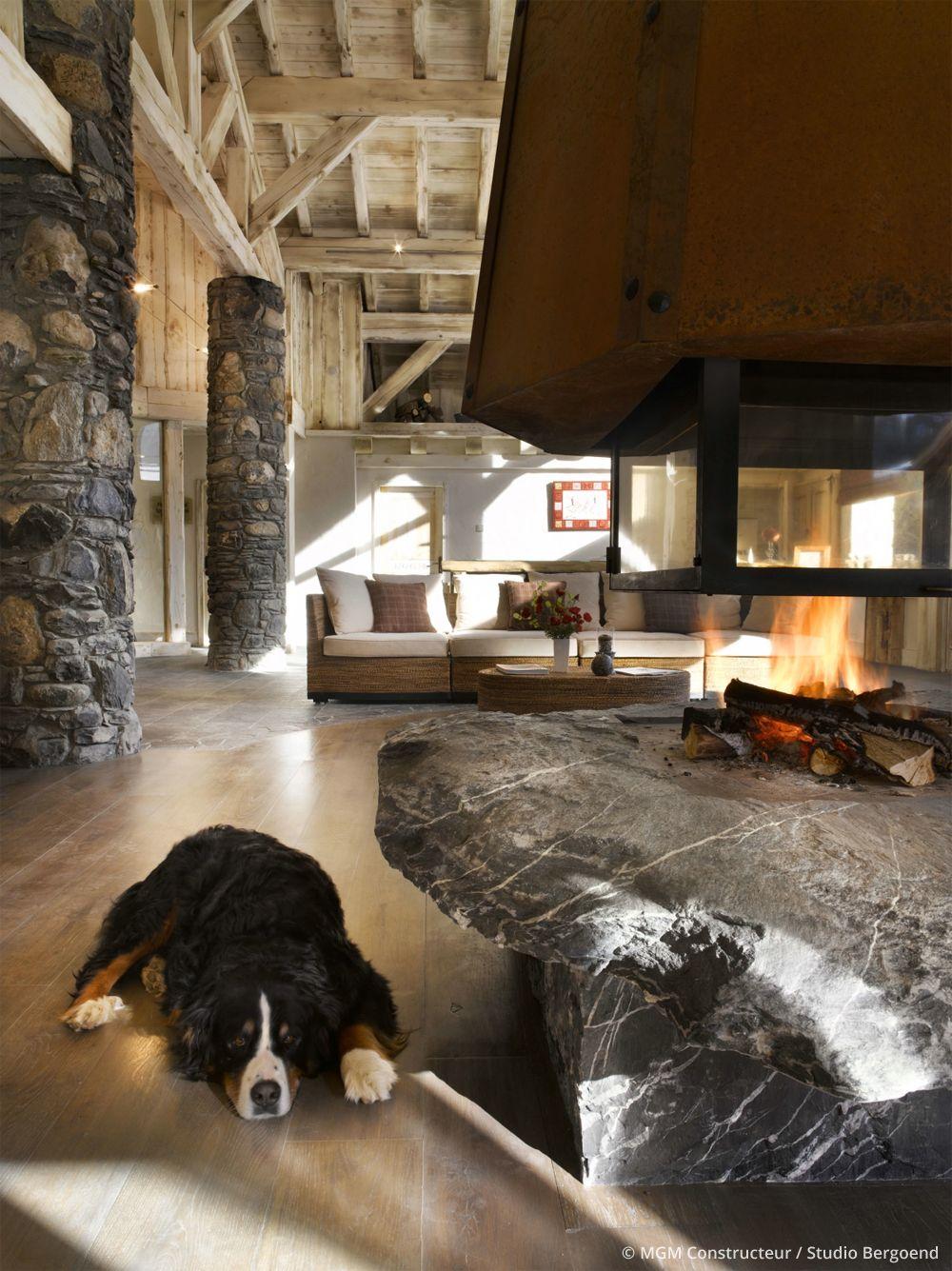 Intérieur chalet montagne avec belle cheminée design. Décoration ...