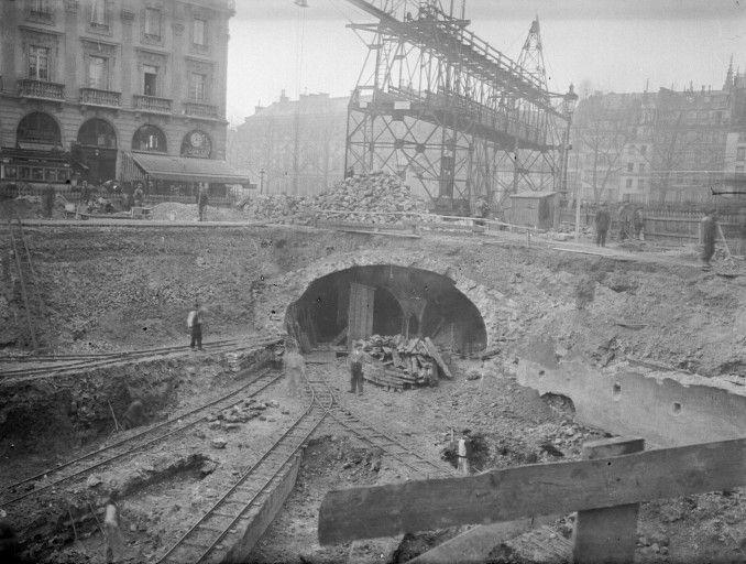 * Construção do Metrô de Paris * Entre 1902 e 1910.