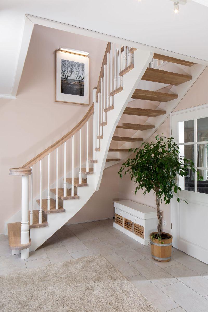 wandseitig eingestemmte freiseitig aufgesattelte wangentreppe wangen und st be wei. Black Bedroom Furniture Sets. Home Design Ideas