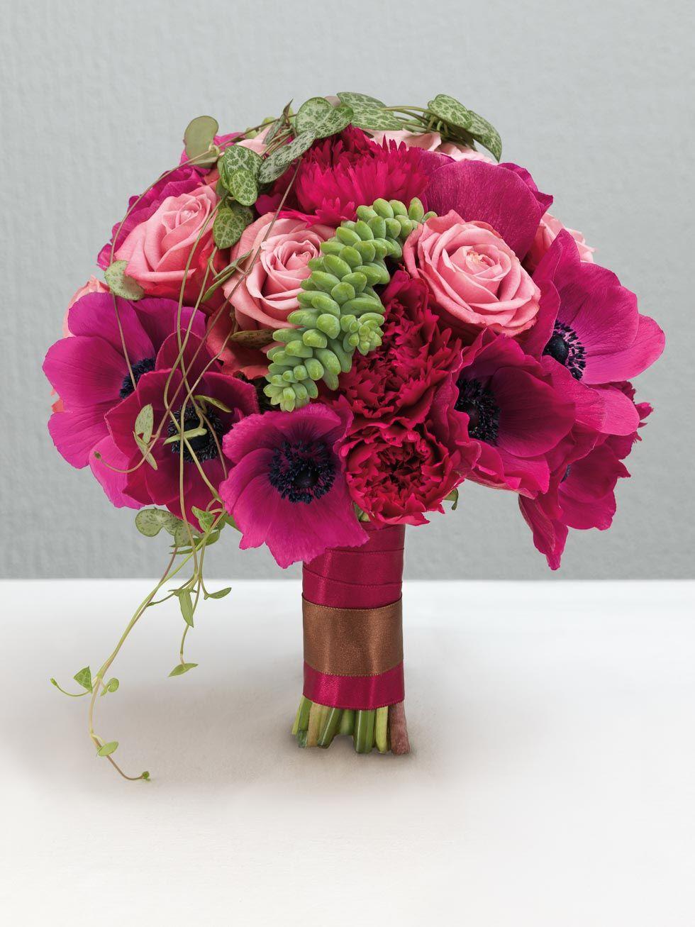 Pinkfarbener Brautstrauss Aus Anemonen Nelken Und Rosen Von