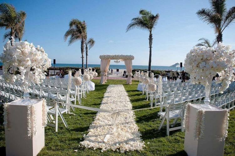 Blutenteppich Zur Hochzeit Freie Trauung Am Strand Hochzeit Hochzeit Draussen Strandhochzeit