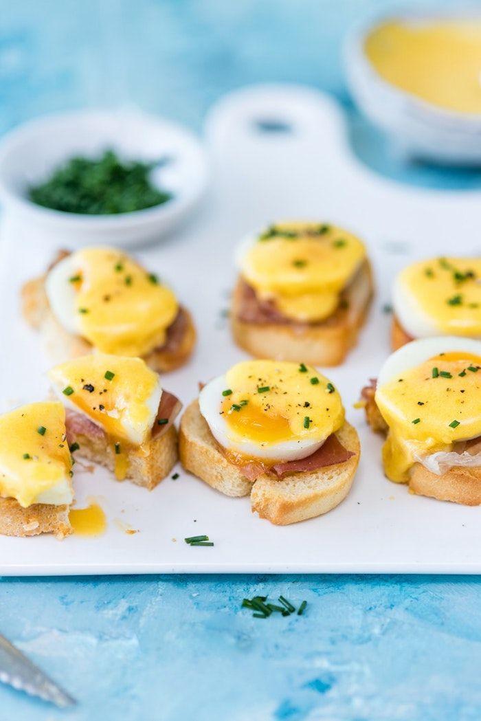 ▷ 1001 + leckere und schnelle Fingerfood Rezepte #amusebouchefacilerapide Kleine Partyhäppchen mit Benedict Eiern und Schinken, mini Brotscheiben, schnelle Party Rezepte