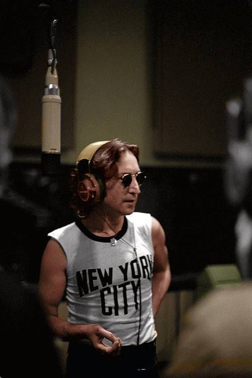 John Lennon In 1974 Wearing The Iconic T Shirt New York City Bob Gruen Purchased This Shirt For John For 5 Off Of A Sidewalk John Lennon The Beatles Lennon