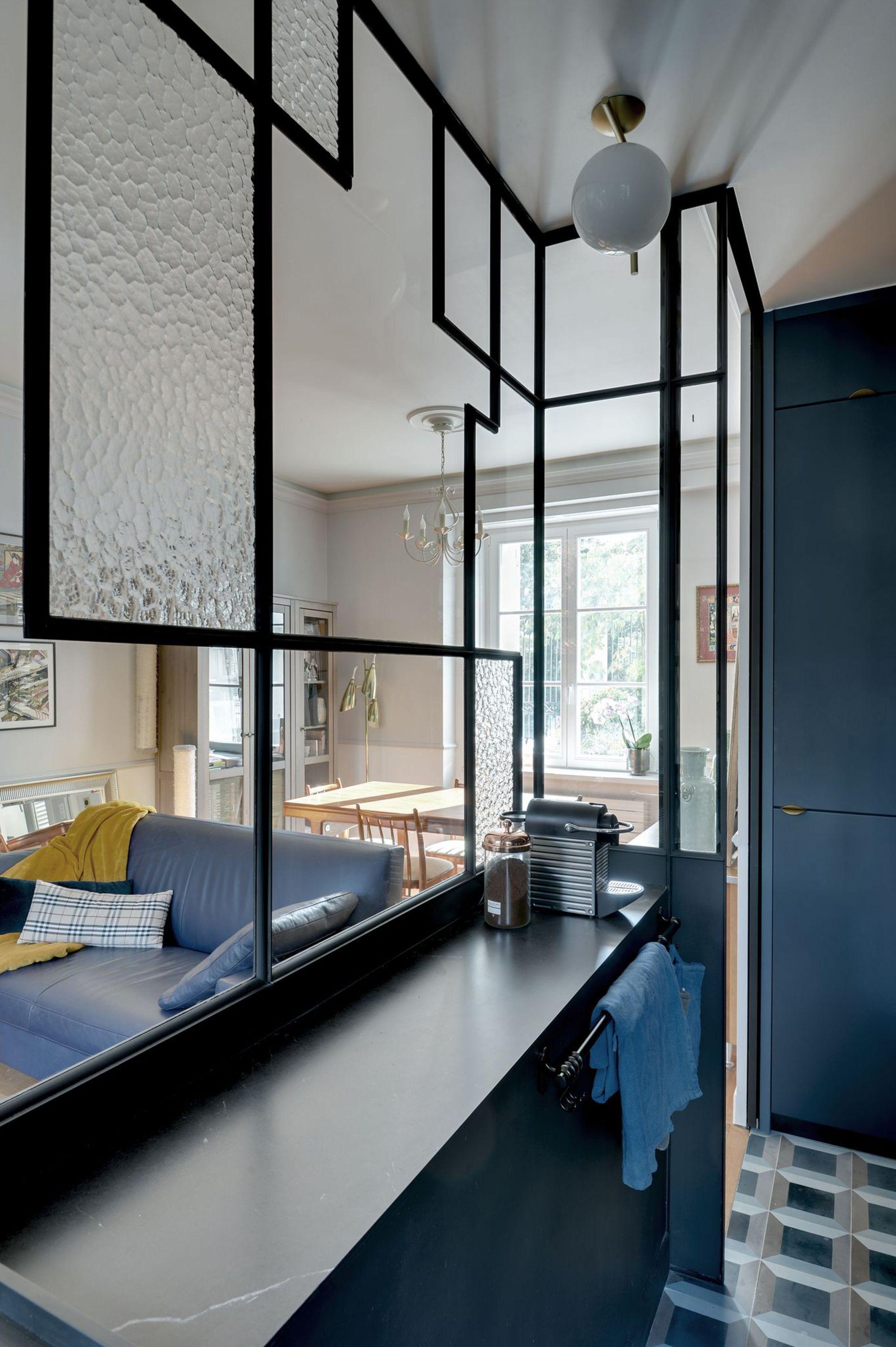 Dans une cuisine étroite, la verrière apporte une grande lumière à