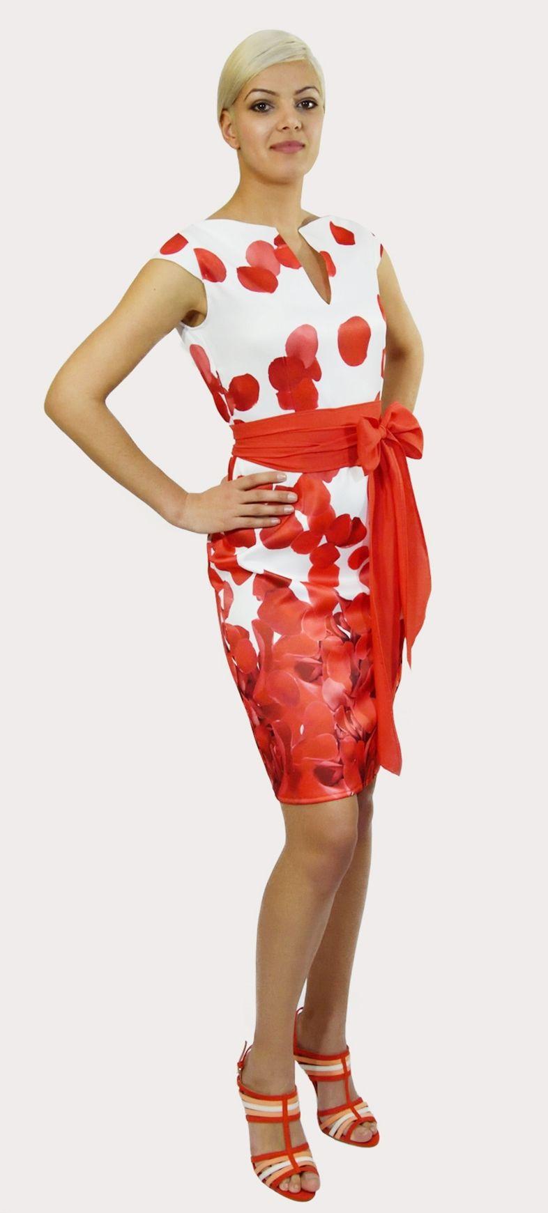 Vestido tejido Fama con Petalos Rojos sobre fondo blanco. El escote fisura puede ir subido o bajado. Cremallera lateral. Manga casquillo.