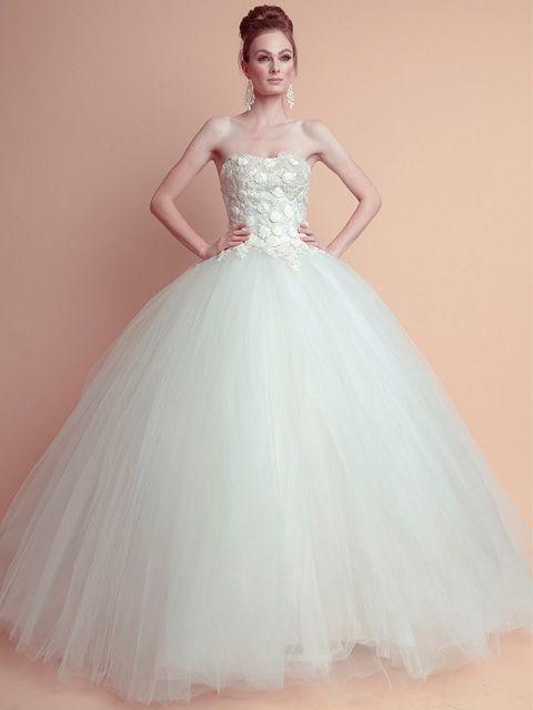 vestido de novia strapless con apliques en el corpiño y falda de tul
