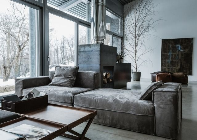 Industrial chic wohnzimmer  industrial chic-Wohnzimmer Samtig-Sofa Indoor-kamin mit-abgasführung ...