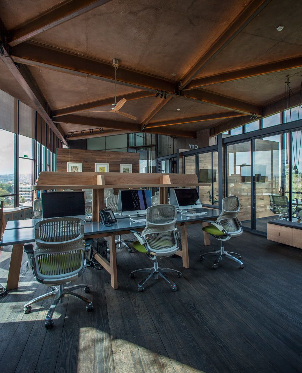 AN IRREGULARLY SHAPED OFFICE THAT SITS ABOVE THE TREETOPS CM2-offices_TALLER-LETICIA-SERRANO_1