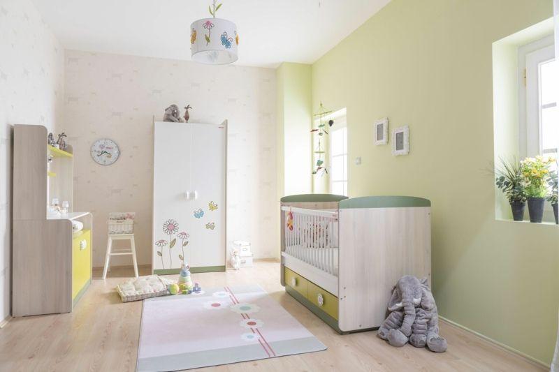grüne Wandfarbe im Babyzimmer, Babybett und Kleiderschrank mit ...