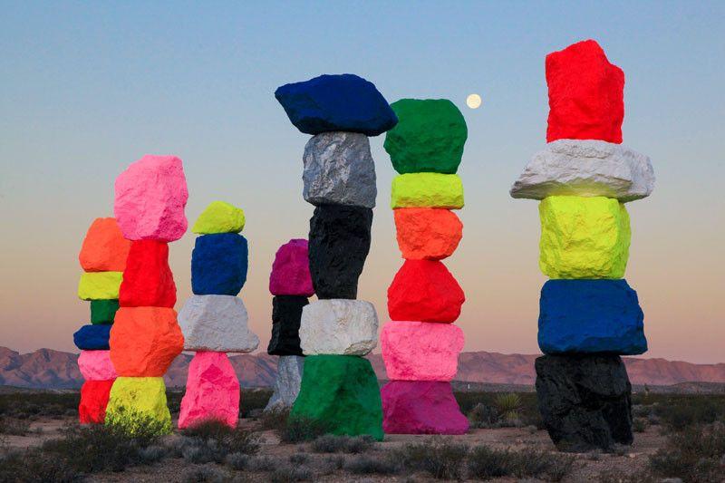 Stacks Of Colorful Rocks Have Appeared In The Desert Near Las Vegas S Izobrazheniyami Ulichnoe Iskusstvo Lend Art Hudozhestvennye Installyacii