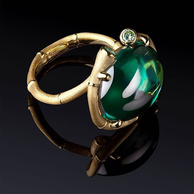 This #bamboo #ring by Moscow-based Dhara jewellery @dharajewels has an unusual cabochon stone in its centre. What is it hard to say from the first glance - emerald? Tourmaline? Green beryl? In fact it is a moissanite. #finejewelry #finejewellery #jewellery #jewelry