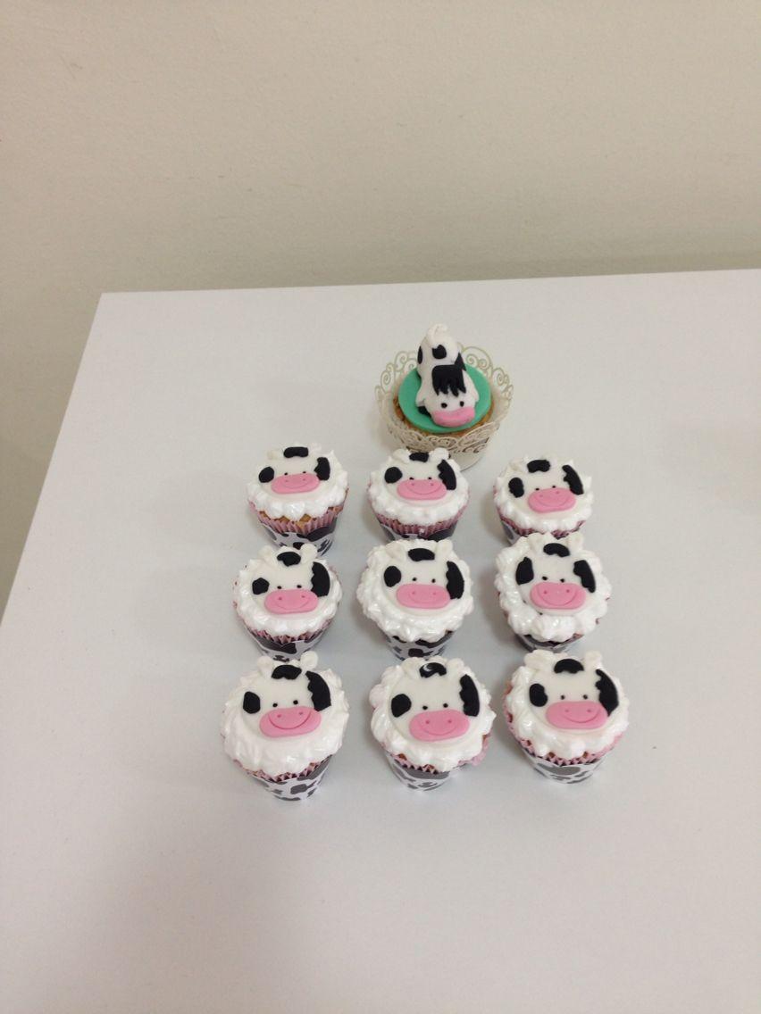 Vaquinhas de pasta americana decorando cupcakes cobertos de merengue