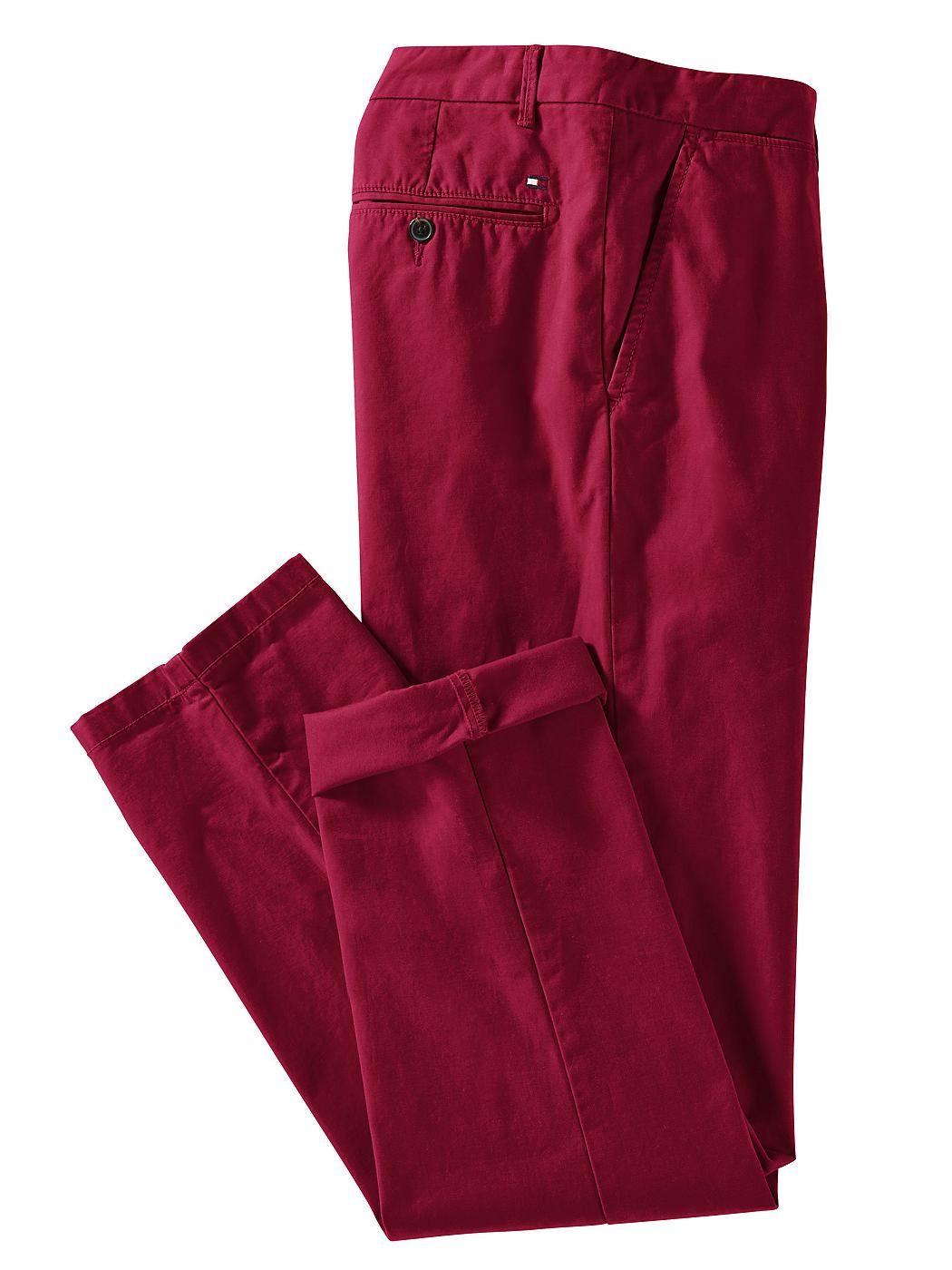 Chino »Mercer« von TOMMY HILFIGER aus modisch gewaschenem Boston-Twill aus reiner Bio-Baumwolle. Französische Vorderhosentaschen, geknöpfte Gesäßtaschen und verlängerter Bunduntertritt mit Gegenknopf. Komfortable Passform mit klassischer Leibhöhe, Reißverschluss und geradem Beinverlauf. Die Farbe sand fällt in der Auslieferung etwas heller aus als abgebildet. Die Farbe rot fällt in der Ausliefe...