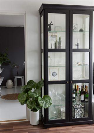 Svartmålat Ikea Liatorp med nya knoppar More