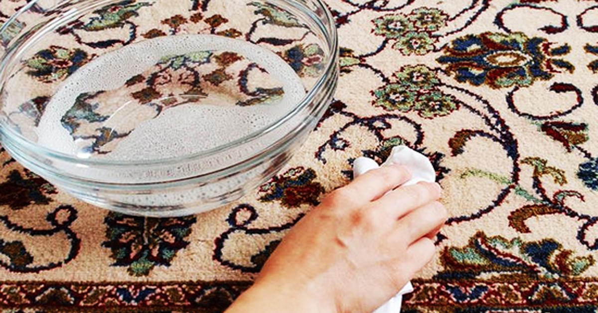 Каждая мама знает, что если в доме маленький ребенок – ковер не может быть идеально чистым. Пятна от краски, газировки, йогурта и спелых фруктов – это не полный список того, чем может быть измазано напольное порытые. Чтобы сократить траты на средства для мытья ковров, которые нам предлагают купить в магазинах, давайте сделаем домашнее средство сами. …