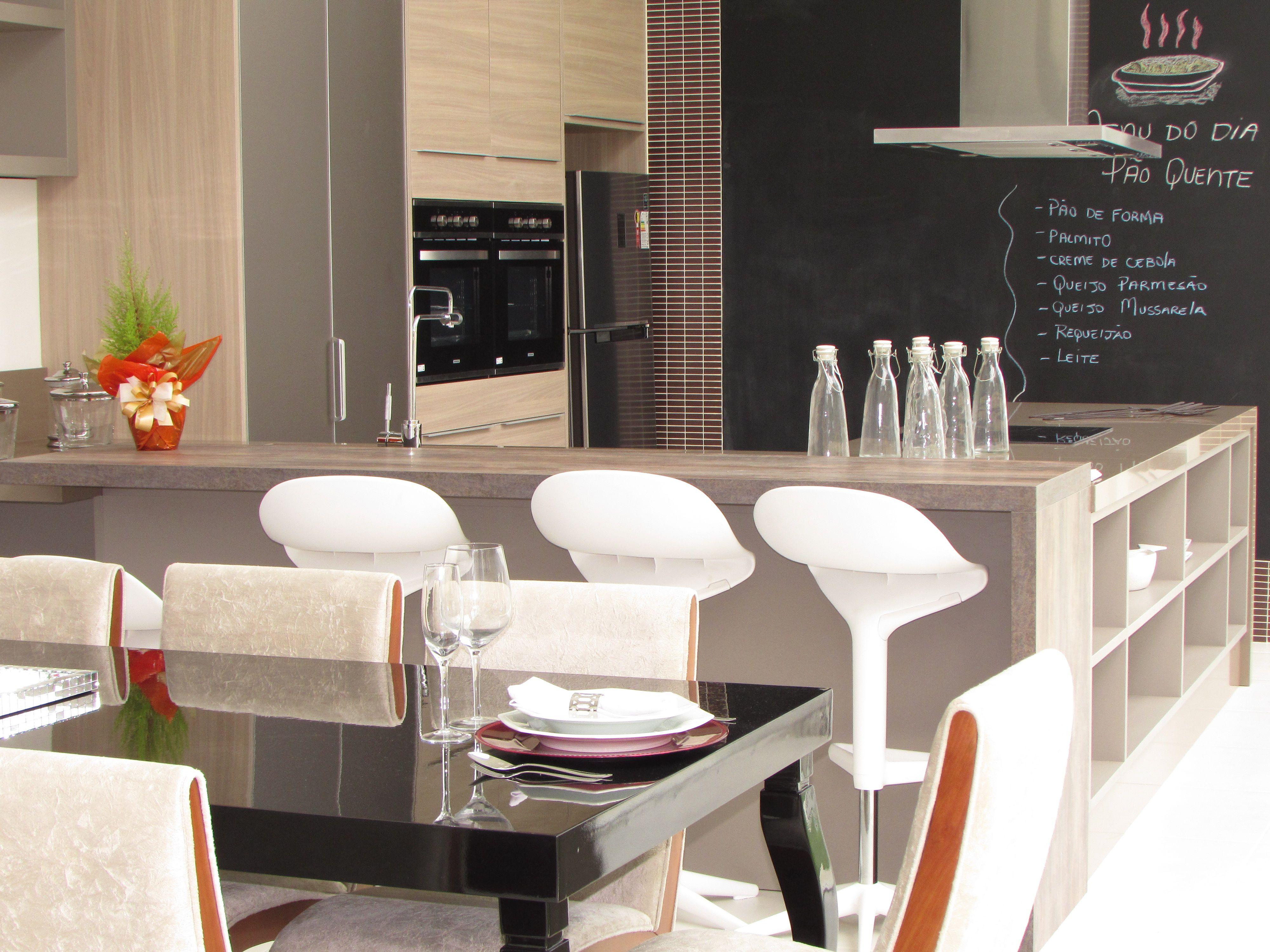Cozinha funcional, integrando sala de jantar e living.