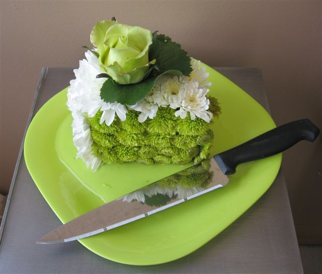 Without the flower on top green plate the knife this