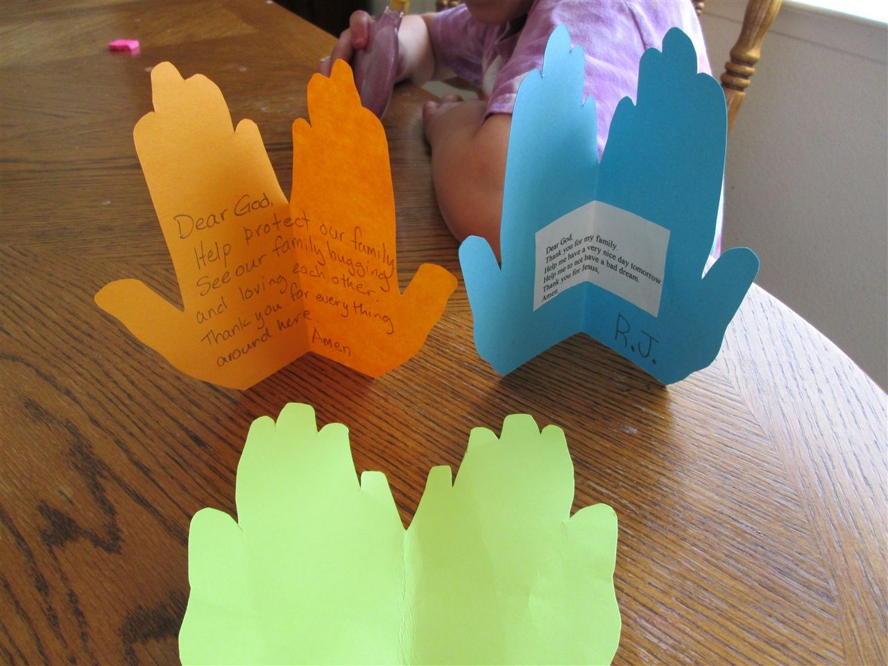 Going out to snag art supplies might be out of the question as we social distance, but there are plenty of simple, fun crafts kids can do during quarantine that require materials you already have on hand. Praying Hands Craft Google Search Dia Da Crianca Criancas Escola Sabatina