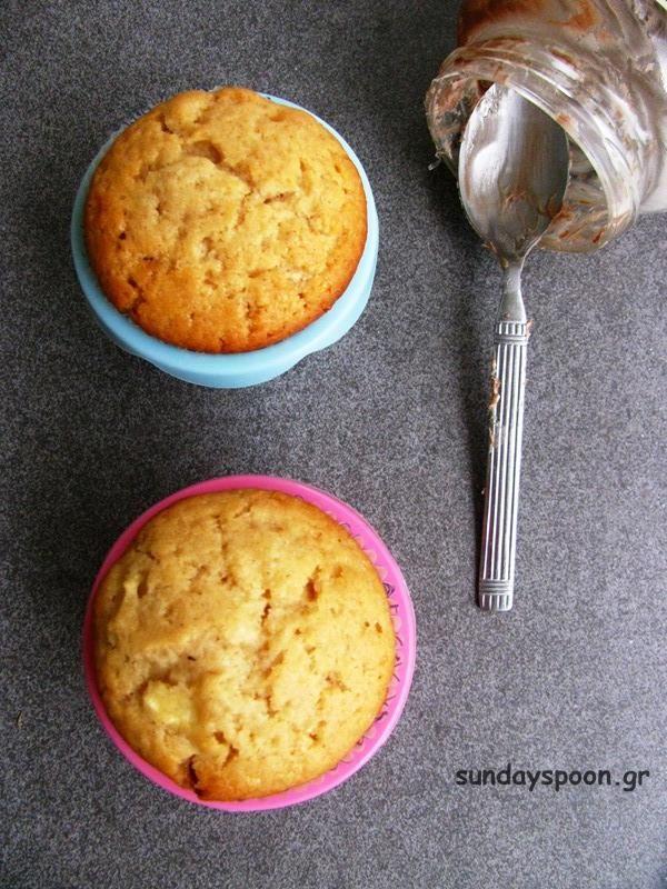 Γλυκά κεκάκια γεμιστά με νουτέλα. Αφράτα μίνι κεκάκια με υπέροχη  σοκολατένια γέμιση! Γίνονται πανεύκολα και γρήγορα! Ιδανικό σνακ για παιδιά! 2afb29f97b5