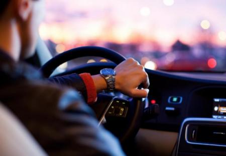 دراسة قيادة السيارة بدون الحصول على ساعات نوم كافية مثل السياقة تحت تأثير الكحول Driving Pictures Safe Driving Tips Driving Tips
