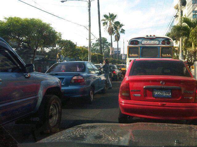 Tráfico pesado en los alrededores de Metrocentro al Salvador del Mundo  vía @Ron_cortez