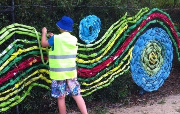 Tissage de fils de plastique sur du grillage la for Grillage plastique jardin