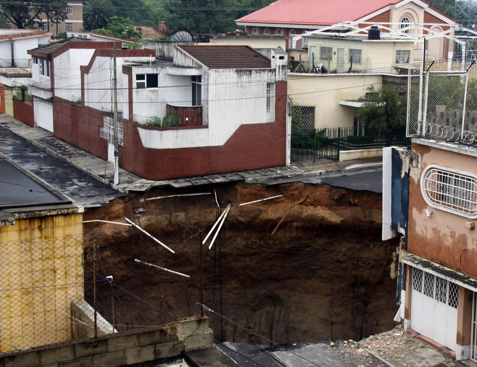 Hemel Hempstead sinkhole video: Seventeen homes evacuated after 35 ...