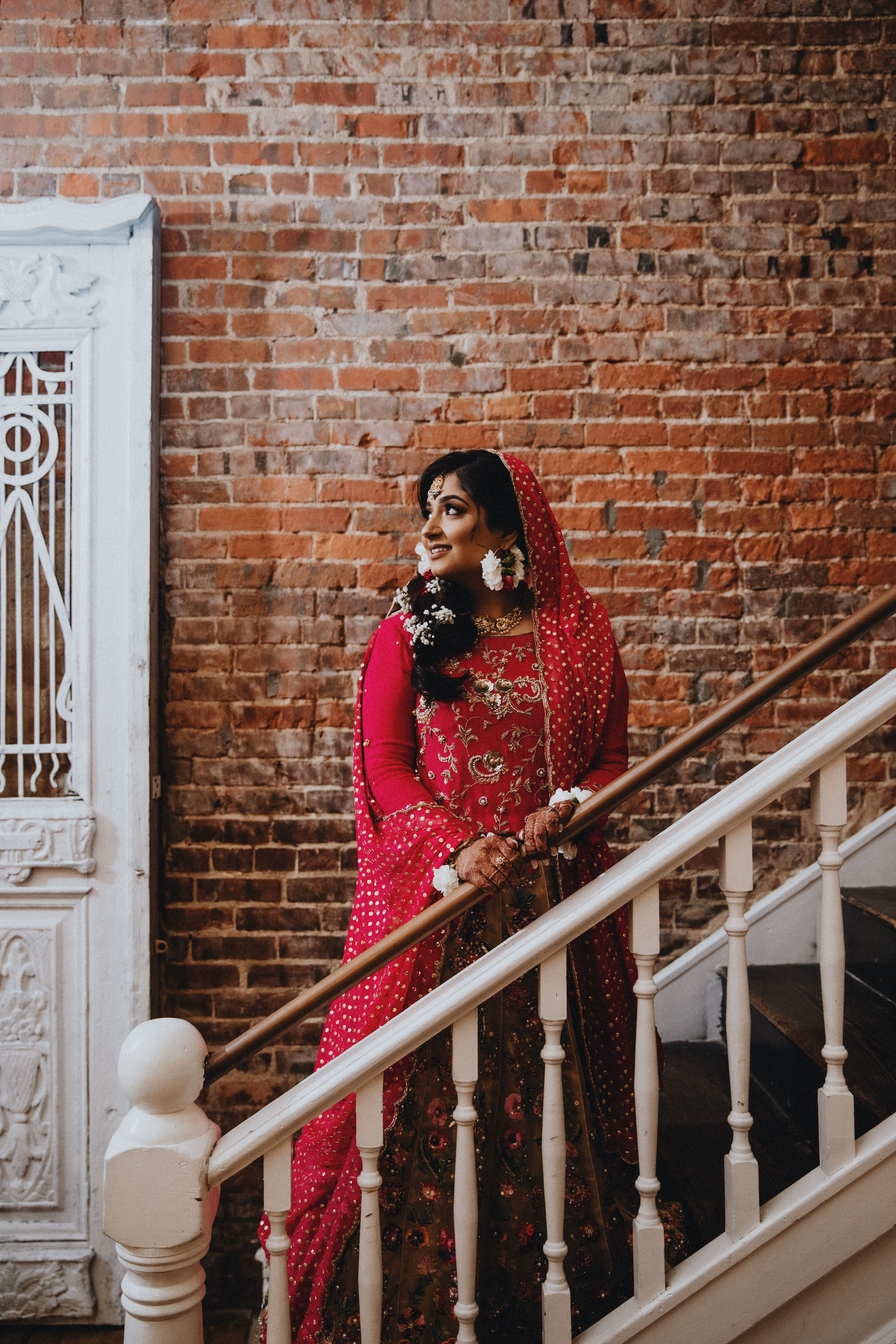 Use unique locations around your wedding venue as backdrops for portraits! This unique 1900's building has a vintage vibe that made this look come together. #mehndibride #mehndidesigns #mehndidress #vintage