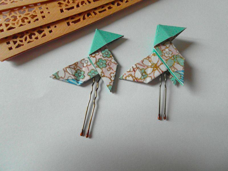 Épingle à Cheveux Avec Une Cocotte Origami En Papier. Corps Avec Motifs  Japonais Bleu Et