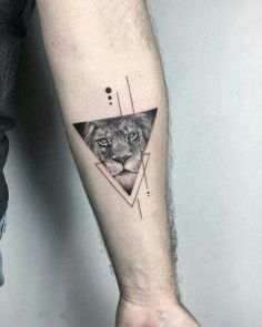 Photo of driehoek tattoo leeuw