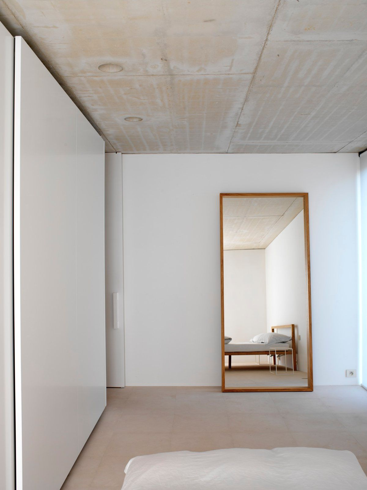 Minimal bedroom House with Office by Hans