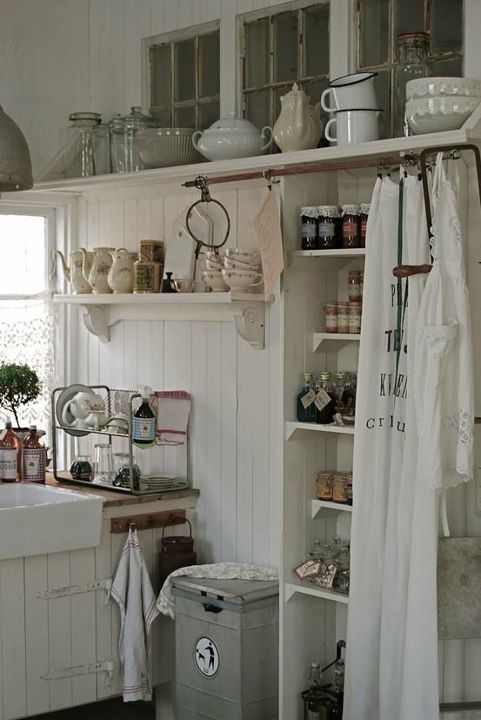 le rideau pour camoufler les tag res le blanc pour la lumi re kitchen pinterest. Black Bedroom Furniture Sets. Home Design Ideas
