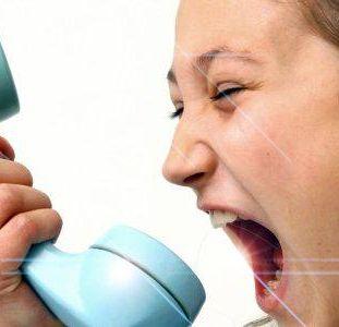 Una persona enfadada y gritando a un teléfono