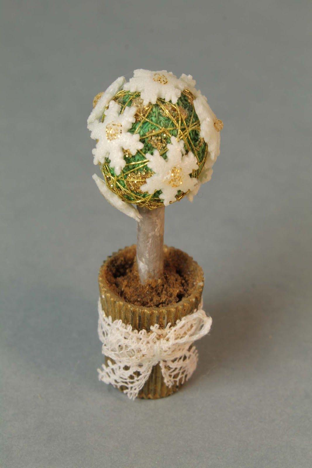 Joulukoristeita on kiva askarrella. Tässä on koristepuu.     It is so nice to make Christmas ornaments. This is a table tree.        Mat...