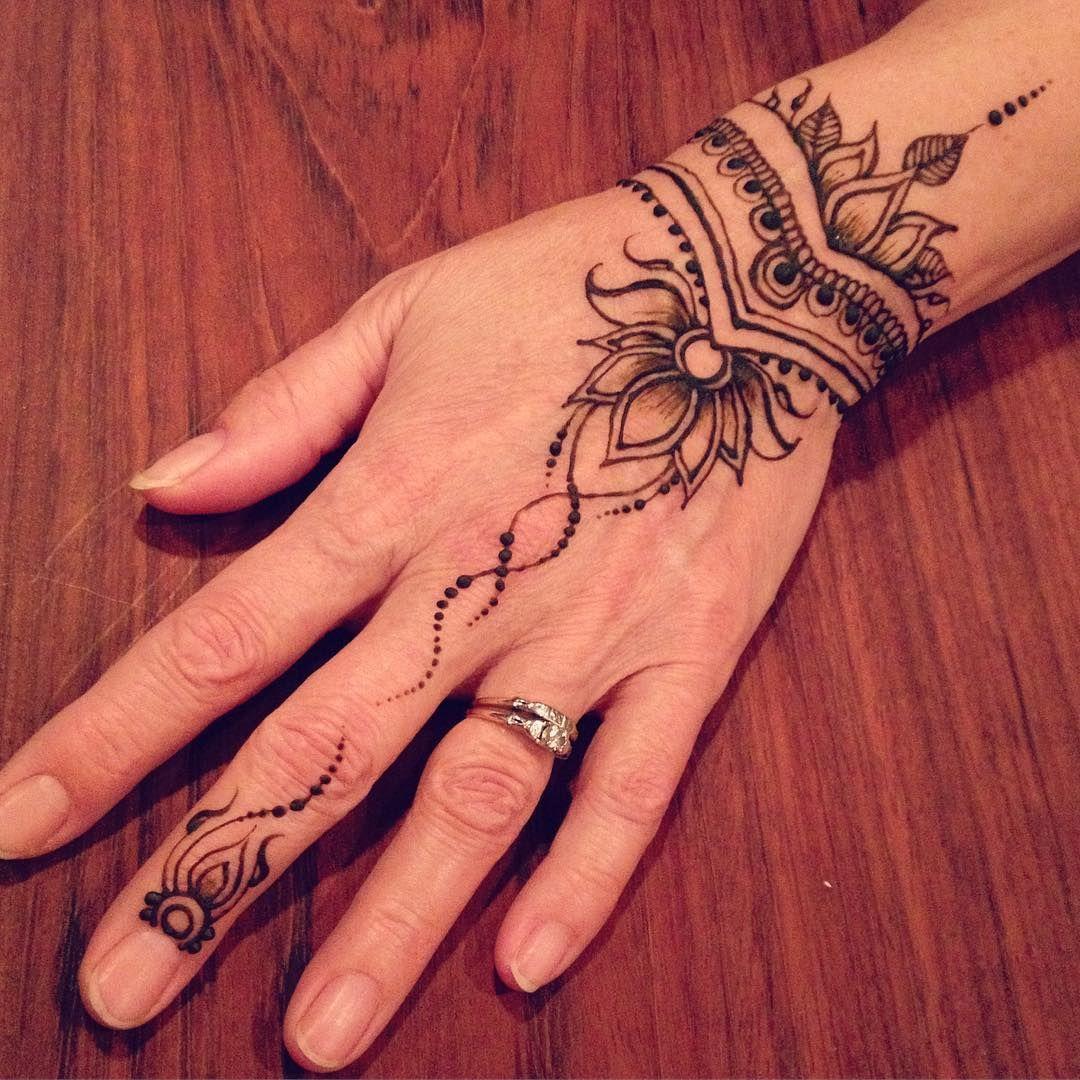 Henna hand with trailing vines | Nadine Davidson (@nadinesdreams) on Instagram #hennadesigns