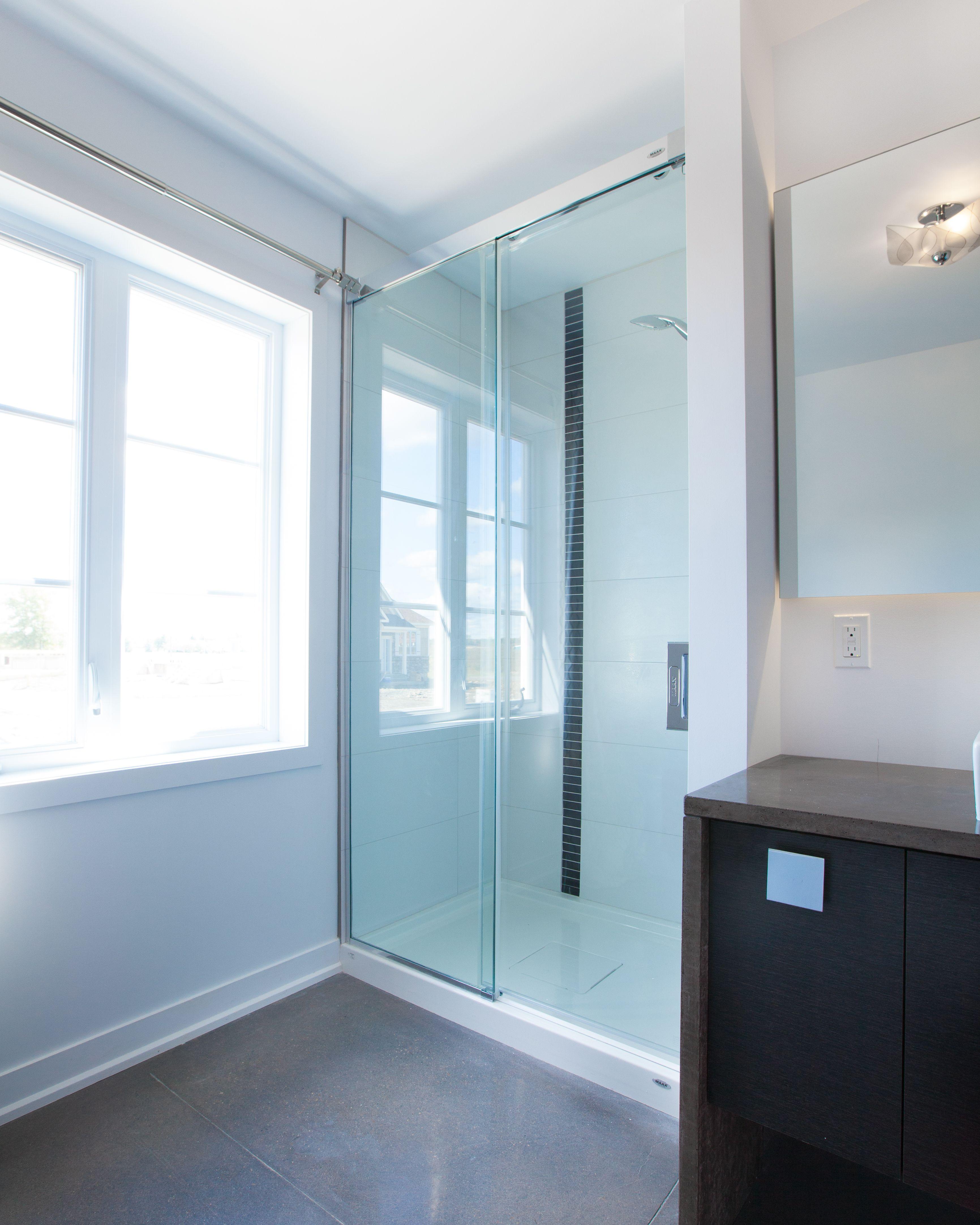douche en c ramique avec porte vitr e coulissante mod le. Black Bedroom Furniture Sets. Home Design Ideas