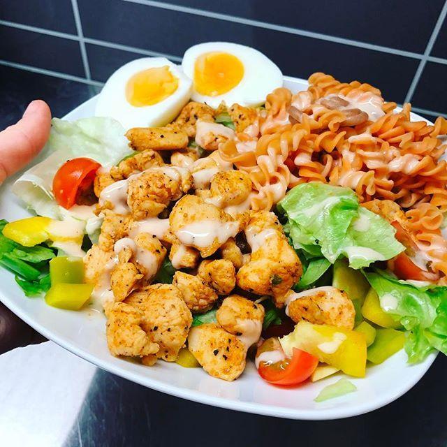 Dag 2 med kycklingsallad - Jag får helt enkelt inte nog👅 Fräscht, gott och proteinrikt😏💪🏼 #kycklingsallad #linspasta #proteinrik #middagstips #matinspiration #matinspo #bramatfrångrunden #nyttigmat
