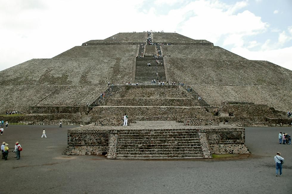 The Pyramid Of The Sun With An Estimated Weight Of Three Million Tons Is Much Larger Than The Pyramid Of The Moon And Was Pyramids Holidays To Mexico Mexico