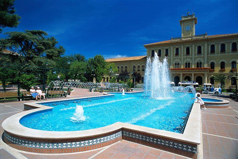 """Una posizione unica e una spiaggia da Bandiera blu Nessuna città potrebbe sottrarre a Cattolica l'appellativo di """"Regina dell'Adriatico"""". Questa elegante località balneare si trova infatti in una p..."""