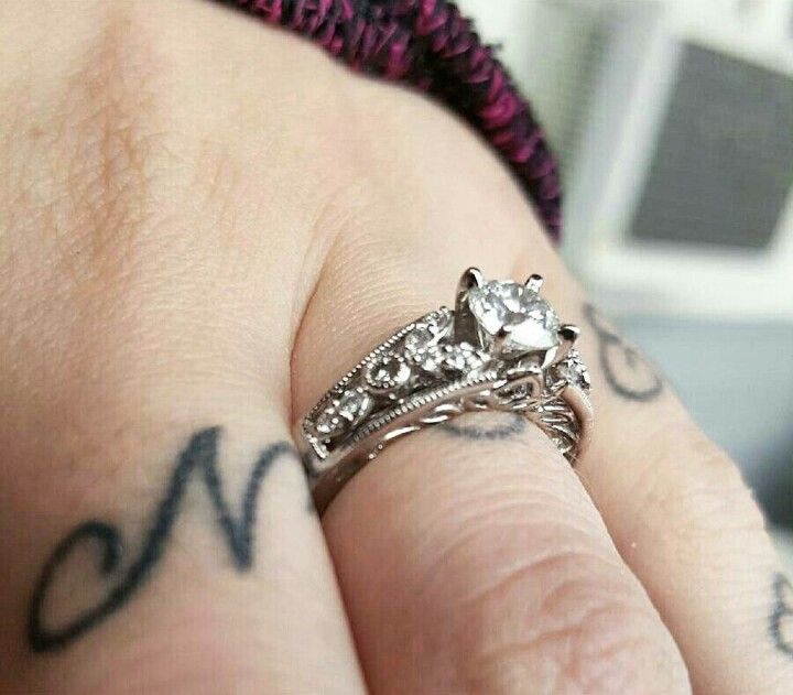 Jared Wedding Ring Single Diamond Engagement With Sleeve That Has Small Diamonds And Vintage