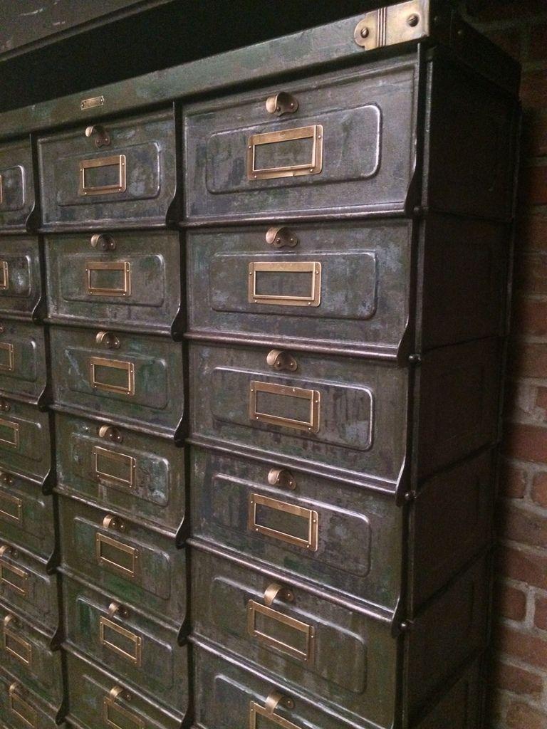 Ancien meuble strafor 30 clapets en m tal patine verte d 39 origine porte tiquettes poign es - Coin de meuble en laiton ...