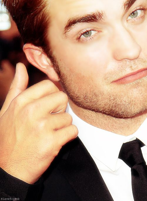 "Happy Monday?      Robert Pattinson - ""On The Road"" red carpet in Cannes       per me questa????? XD        …………………….."