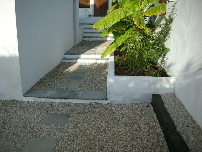 Kies Bodenbeläge und Steine auf dem Pfad, grüne Pflanzen moderner
