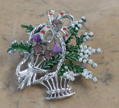 Lucky heather vintage basket brooch by Exquisite. Signed Exquisite vintage jewellery UK.