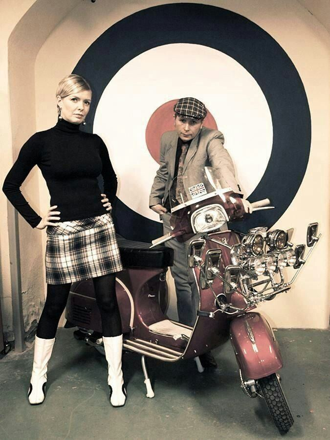 Mujer De La Moto En La Vespa Con El Casco Foto de archivo