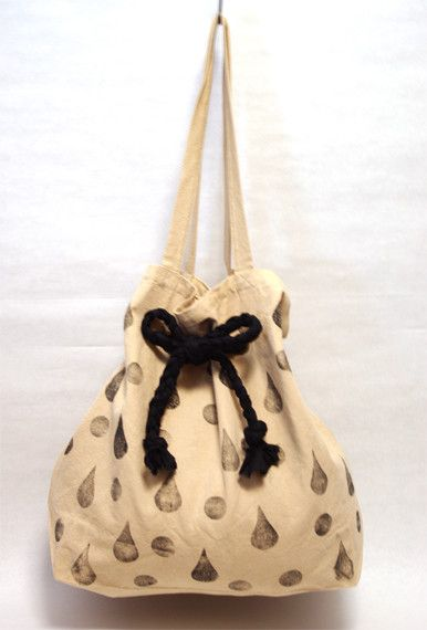 涙と水玉を合わせた総柄のバッグです。リボンの使い方によってトート(1枚目の画像)、手提げ(2枚目の画像)、ショルダー(3枚目の画像)の3wayに使い分ける事が...|ハンドメイド、手作り、手仕事品の通販・販売・購入ならCreema。
