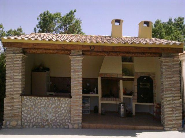 de ladrillo y piedra con tejado de madera y tejas